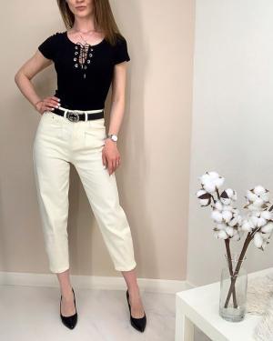 Хит 2020 года - 👖джинсы слоучи (от англ. slouchy — мешковатый, громоздкий) Эти комфортные модели джинсов высоко «сидят» на талии, выгодно скрывая животик (если он есть🤫). А ещё они подчеркивают соблазнительные женские формы и придают объема там, где он необходим😉  При этом слоучи свободны в бедрах и плавно сужаются к низу. Щиколотки рекомендуется оставлять открытыми, закатав  джинсы при необходимости🙌🏻 Боди 🏷750₽ (цвета разные, смотри в сторис) Джинсы слоучи 🏷1700₽  Ваш @ko_modnik ♥️ ✔️Генделя 14 ✔️Ленинский 121